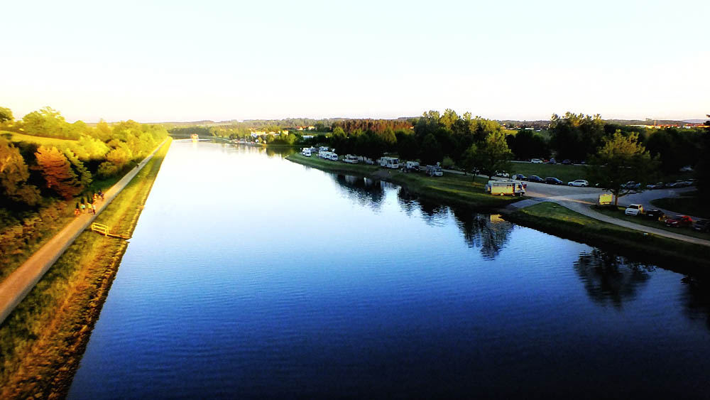 Stellplatz entlang des Ufers am Main-Donau-Kanal