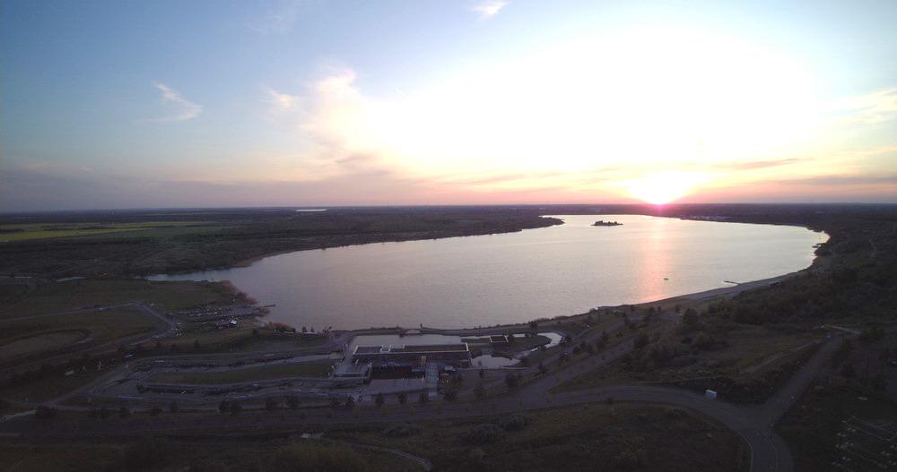 Überblick über den See mit Kanupark