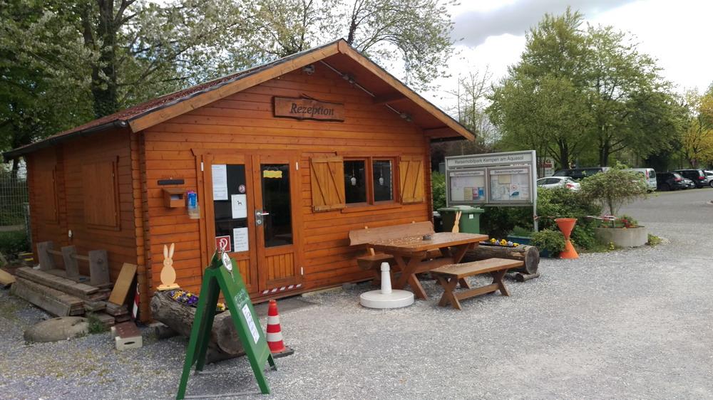 Einfahrt und Rezeption zum Stellplatz AquaSol Kempen