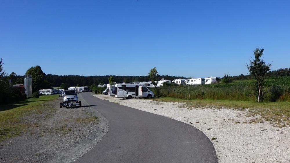 Einfahrt und Ansicht des Stellplatzes
